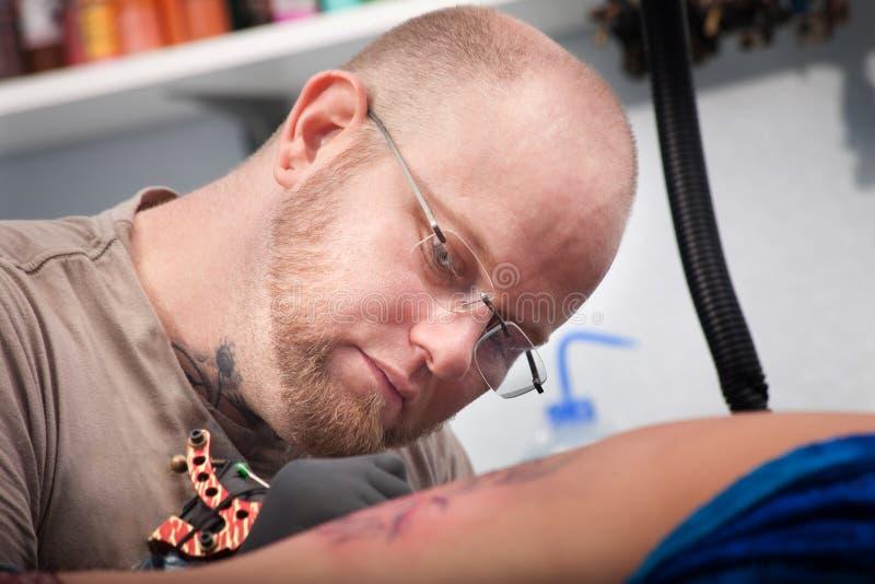 Artiste de tatouage photo stock