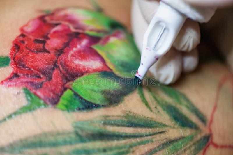 Artiste de tatouage au travail, macro images stock