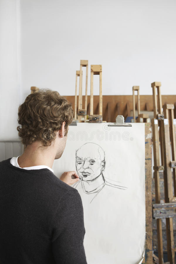 Artiste Drawing Charcoal Portrait dans le studio photo stock