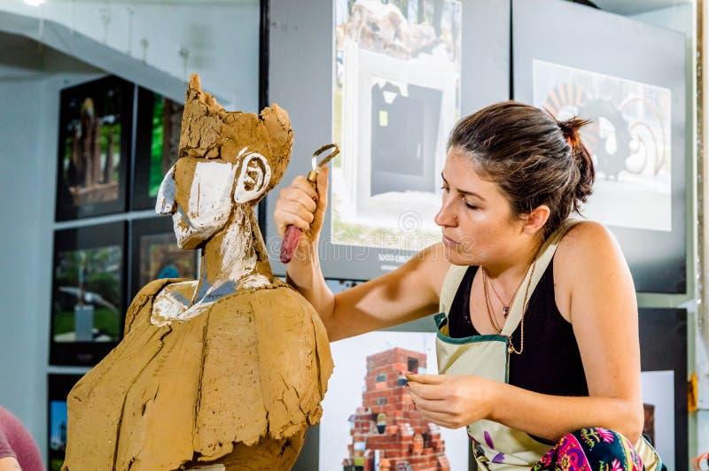 Artiste féminin travaillant soigneusement sur sa sculpture photo libre de droits