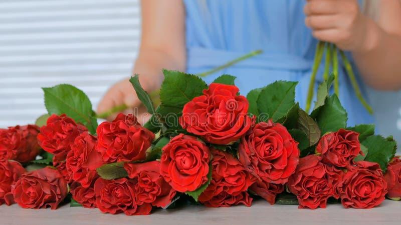 Artiste floral professionnel travaillant avec des fleurs au studio photos libres de droits