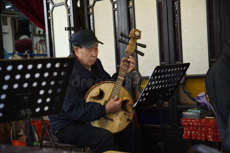 Artiste folklorique qui joue les instruments de musique nationaux chinois photos libres de droits