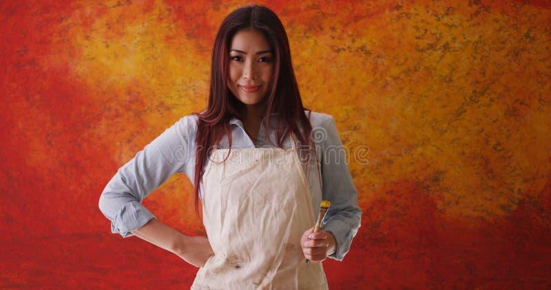 Download Artiste Japonais De Femme Se Tenant Devant Le Contexte Image stock - Image du horizontal, artiste: 77156727