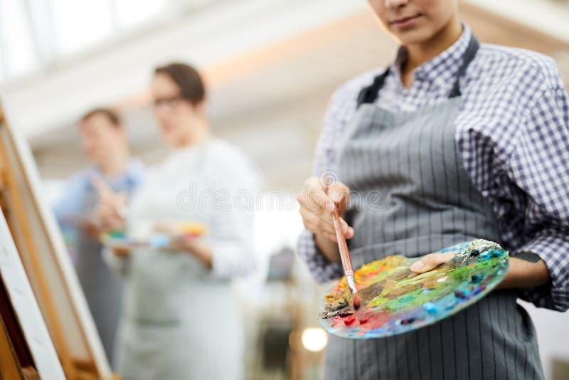 Artiste méconnaissable Holding Palette images libres de droits