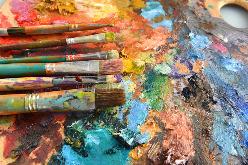 Artiste Paintbrushes sur la palette images stock