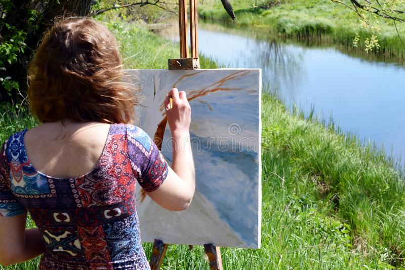 Artiste peignant dehors image stock