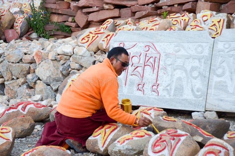 Artiste tibétain de peinture de roche photographie stock libre de droits