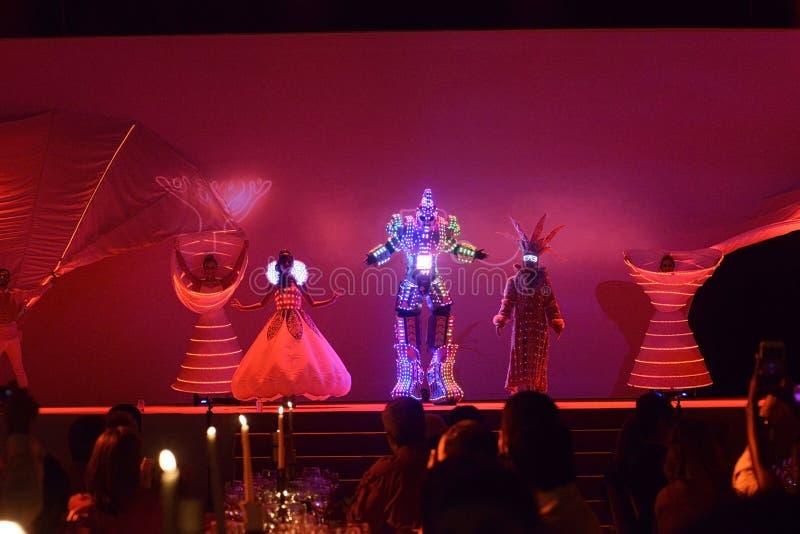 Artistes avec les vêtements allumés, interprétation de danseurs, conte de fées, lumières menées vêtement, événement de dîner images libres de droits