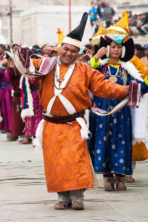 Artistes dans des vêtements tibétains exécutant la danse folklorique photo stock