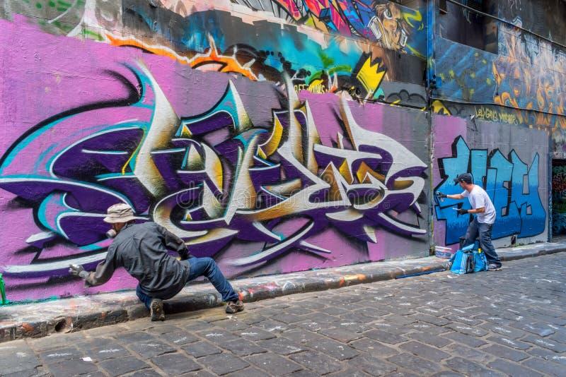 Artistes et graffiti dans la ruelle de bonnetier à Melbourne images libres de droits