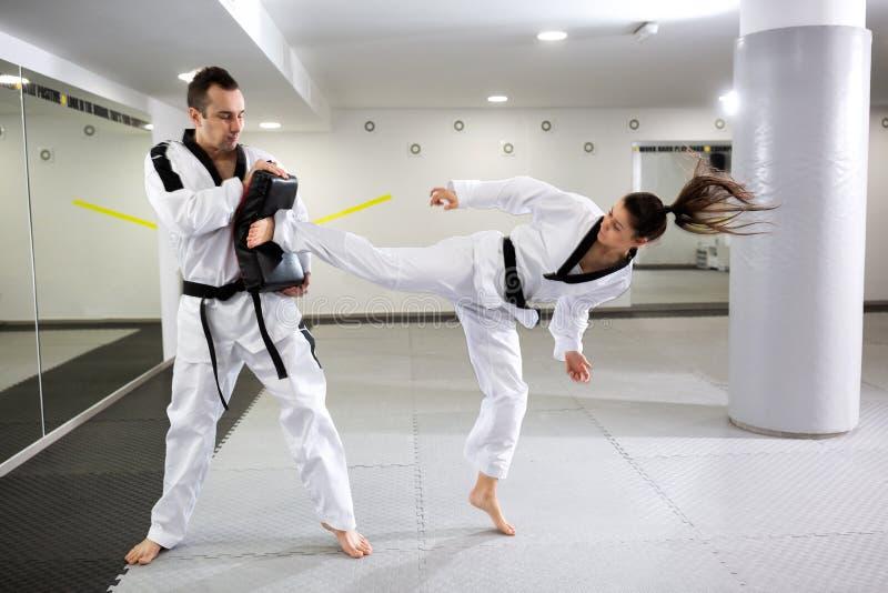 Artistes martiaux montrant le d?vouement et la discipline dans le Taekwondo images stock