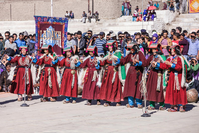Artistes non identifiés dans des costumes de Ladakhi photo libre de droits