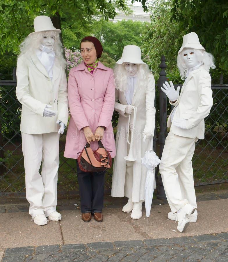 Artisti dei teatri della via in costumi variopinti immagine stock libera da diritti