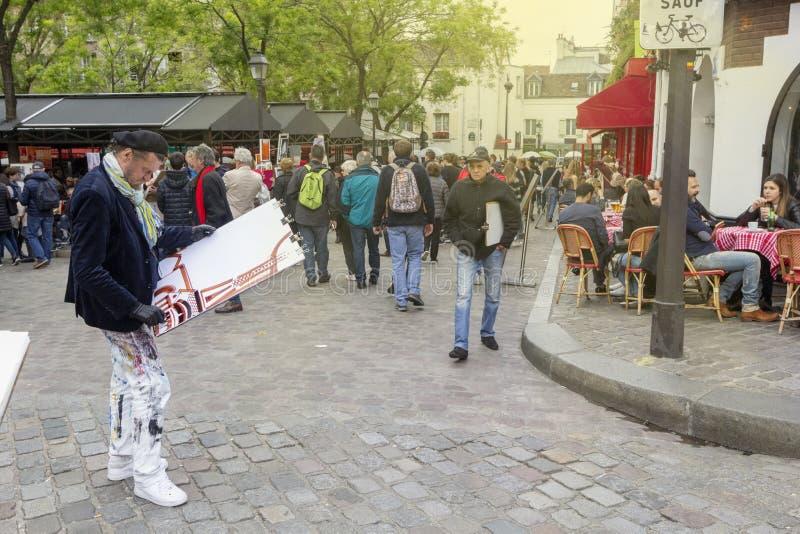 Artisti du Tertre sul posto della via in Montmartre, Parigi fotografia stock libera da diritti