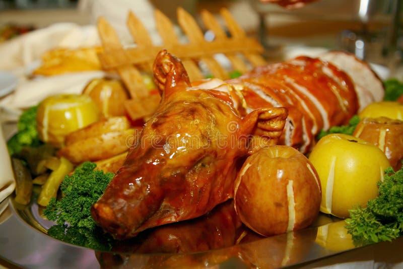 Artistically dekorerad maträtt från kocken - dia svinet bakade i äpplen royaltyfri foto