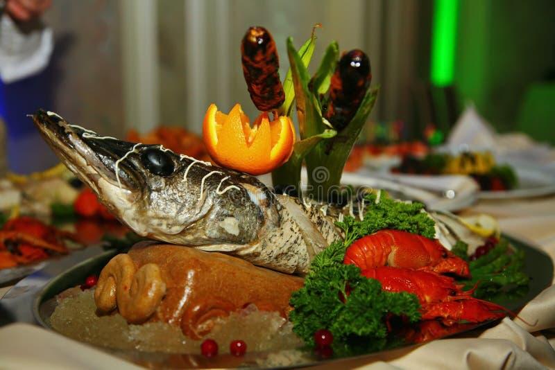 Artisticamente è decorata con lo sterlet del pesce di Gefilte al forno interamente una squisitezza dal cuoco unico - un piatto di fotografie stock