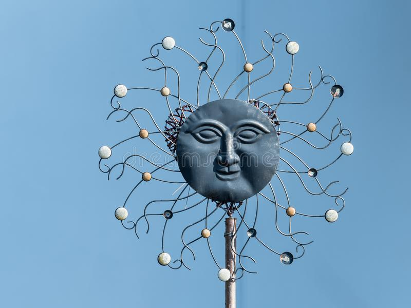 Artistiek die beeldhouwwerk van de zon van diverse materialen wordt gemaakt royalty-vrije stock foto