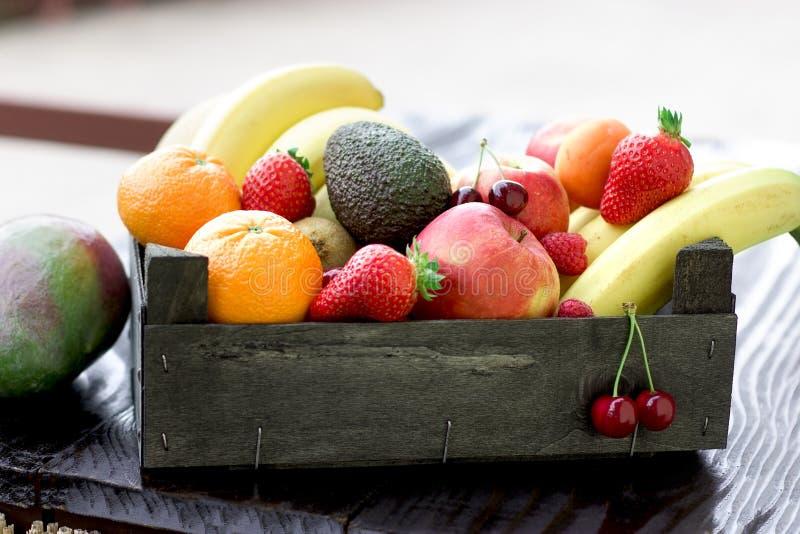 Artistiek fruit organische vruchten in een houten krat royalty-vrije stock fotografie