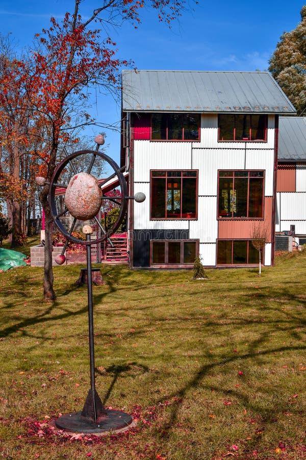 Artistiek Huis met Steenbeeldhouwwerk in Werf royalty-vrije stock foto's