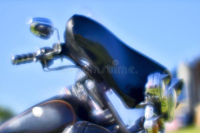 Artistiek Onduidelijk beeld De voorzijde van de zwarte motorfiets Harley Davidson op de festivalvergadering van de zomer Rusland, stock afbeelding