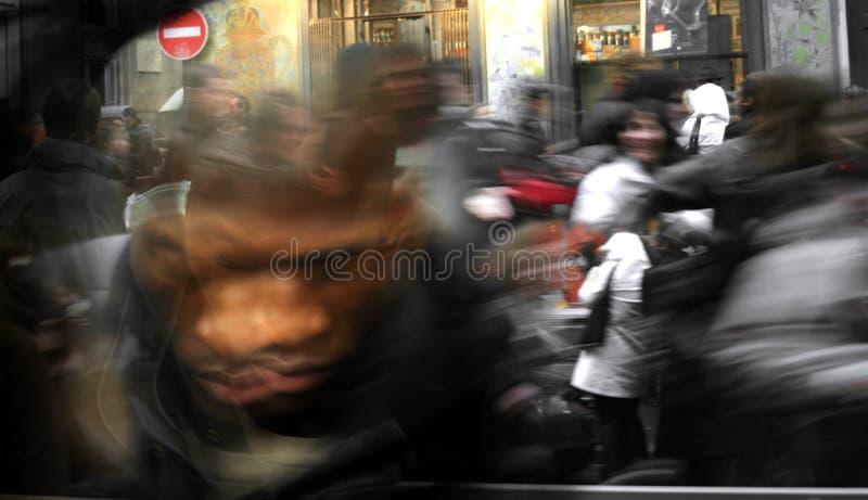 Artistiek onduidelijk beeld van menigte het lopen stock afbeelding