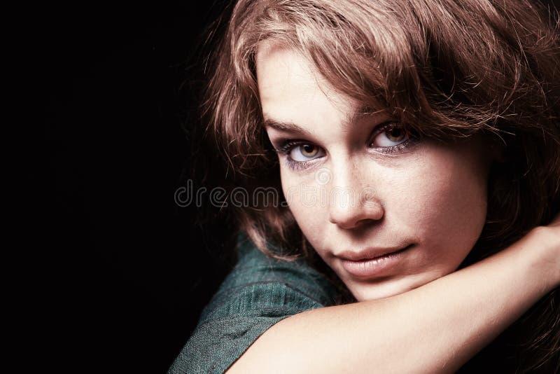 Artistiek portret van expressieve jonge vrouw stock foto's