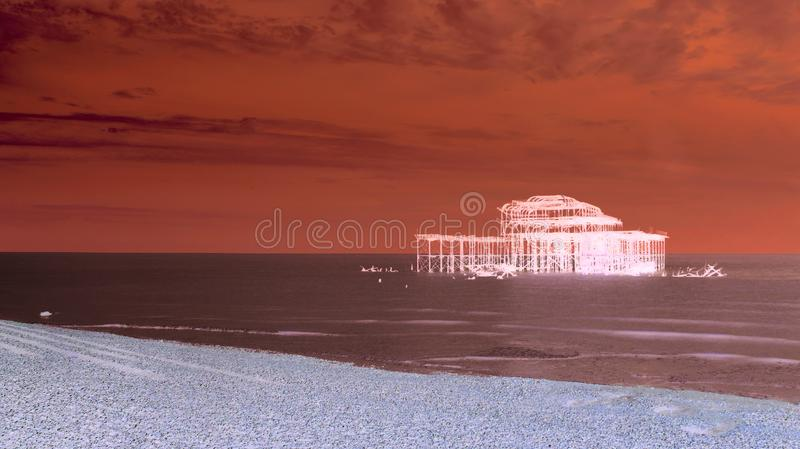 Artistiek rood Brighton West Pier royalty-vrije stock fotografie