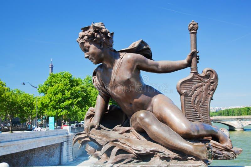 Artistiek standbeeld op Alexandre Bridge tegen de Toren van Eiffel. Parijs, Frankrijk stock afbeeldingen