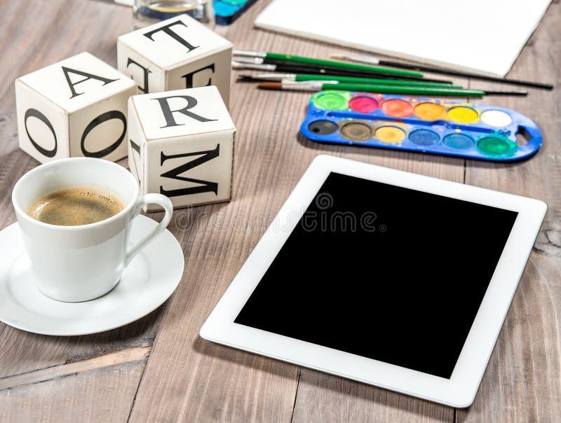 Artistiek werkplaatsmodel met zwarte koffie Schilderende hulpmiddelen en royalty-vrije stock afbeelding