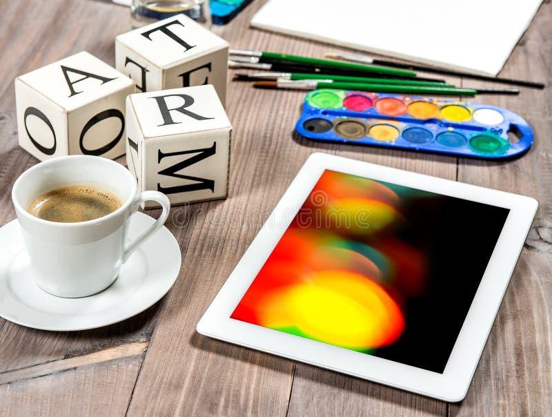 Artistiek werkplaatsmodel met zwarte koffie Waterverf, borstels stock fotografie
