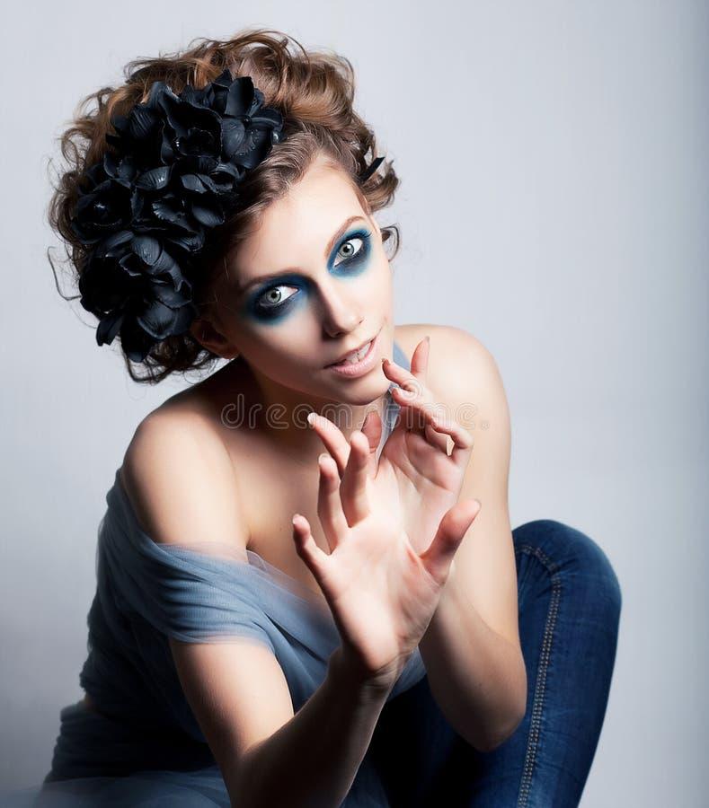 Artistiek wijfje dat - heldere blauwe make-up stelt royalty-vrije stock fotografie