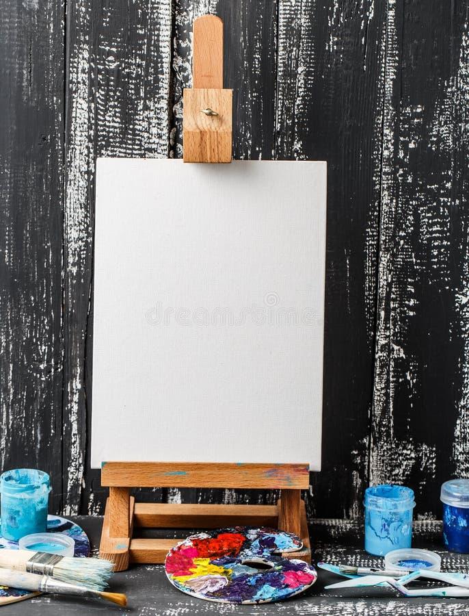 Artistieke apparatuur Borstels en verven voor tekening Punten voor kinderen` s creativiteit stock afbeelding
