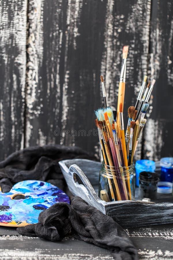 Artistieke apparatuur Borstels en verven voor tekening Punten voor kinderen` s creativiteit royalty-vrije stock afbeeldingen