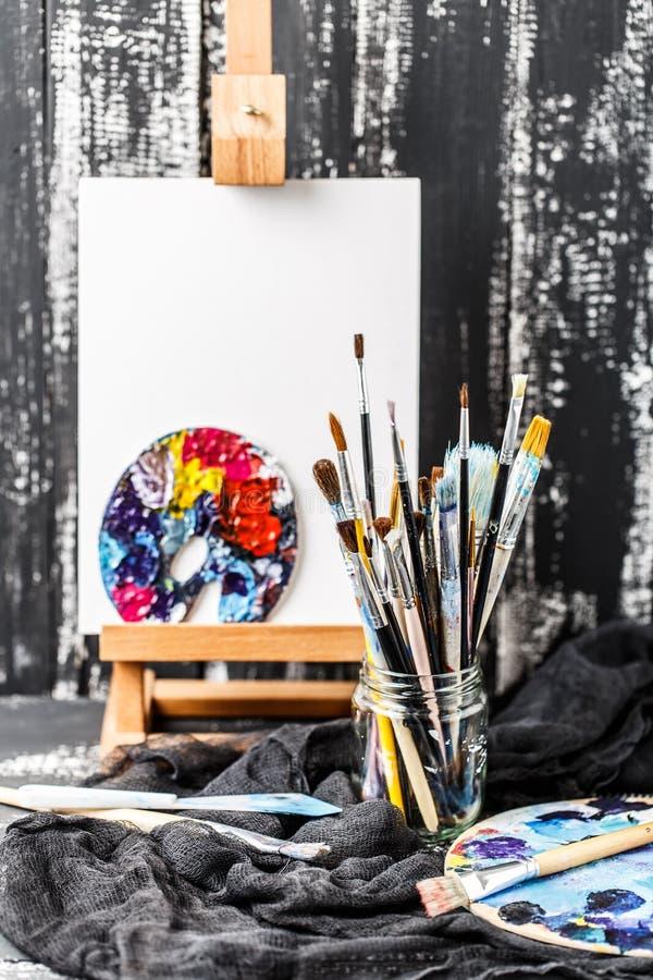 Artistieke apparatuur Borstels en verven voor tekening Punten voor kinderen` s creativiteit stock foto