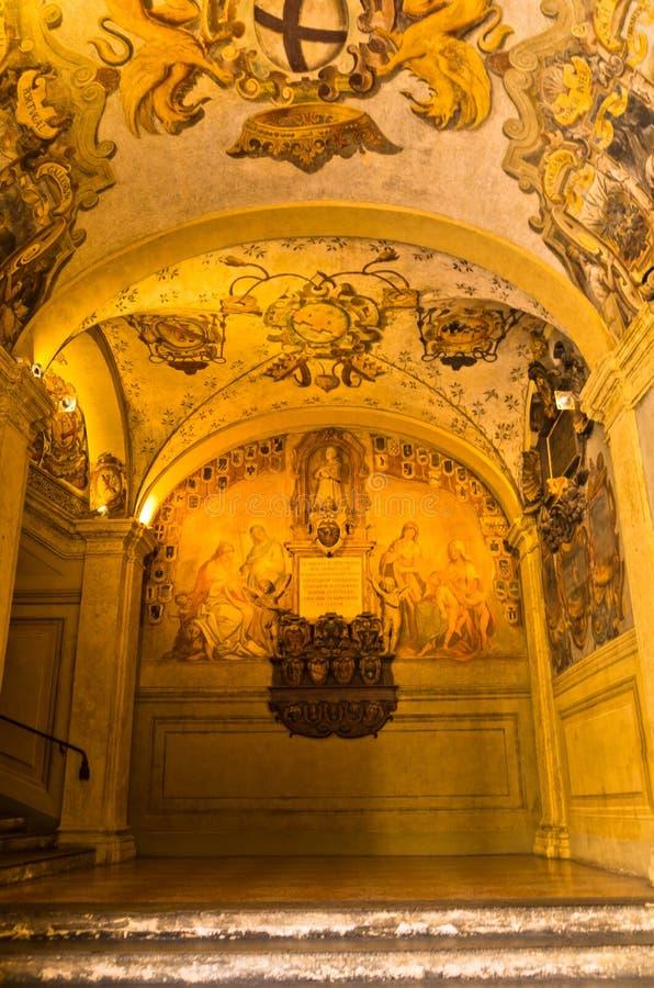 Artistieke details bij de oude bibliotheekbouw, stad van Bologna stock fotografie