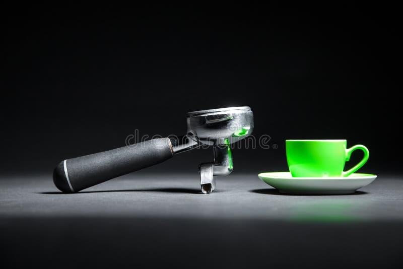 Artistieke die studio van houder voor koffiemachine en groene kop wordt geschoten; royalty-vrije stock afbeeldingen