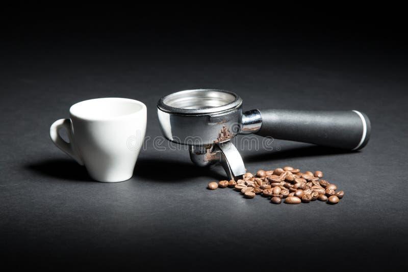 Artistieke die studio van houder voor koffiemachine wordt geschoten, witte kop en royalty-vrije stock fotografie