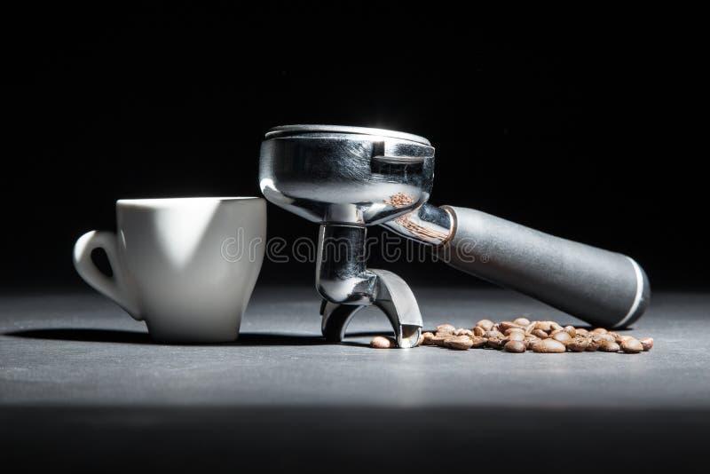 Artistieke die studio van houder voor koffiemachine wordt geschoten, witte kop en stock fotografie