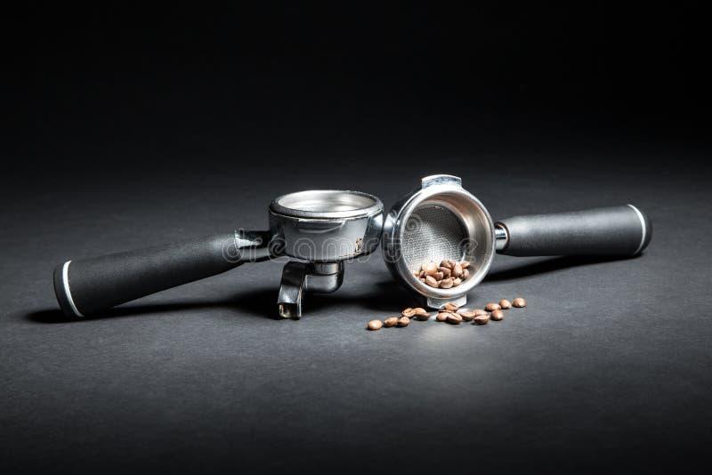 Artistieke die studio van houders voor koffiemachine en bonen wordt geschoten; royalty-vrije stock foto