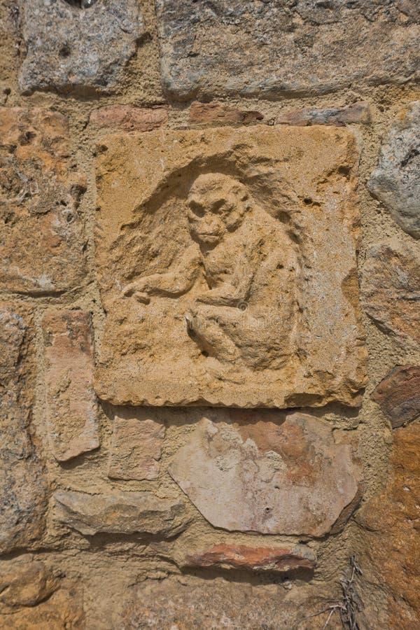 Artistieke en architecturale details op een muur in Volterra, Toscanië stock foto's