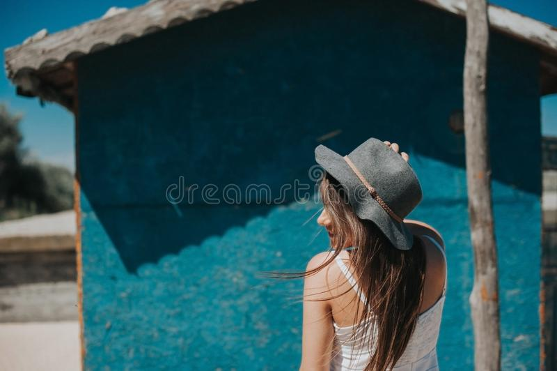 Artistieke foto van het jonge meisje van de hipsterreiziger royalty-vrije stock foto's
