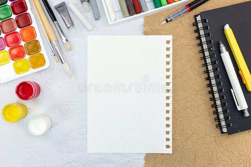 Artistieke het werkhulpmiddelen: waterverf, penselen, krijt en schets royalty-vrije stock afbeeldingen