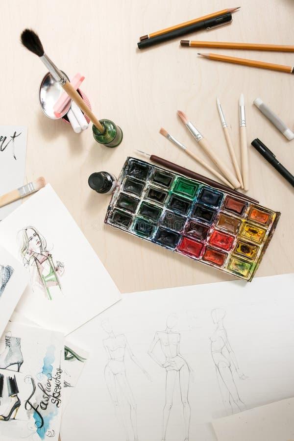 Artistieke hulpmiddelen op creatieve werkplaats stock fotografie