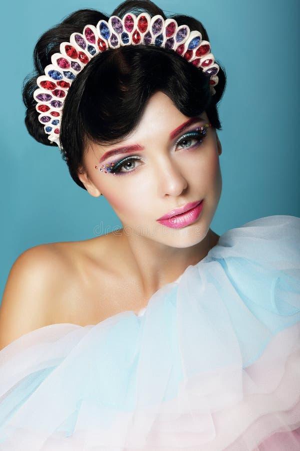 Artistieke Vrouw met Fantastisch Make-up en Diadeem stock afbeelding