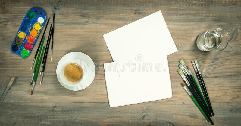 Artistieke werkplaats De waterverf borstelt document het schilderen hulpmiddelen royalty-vrije stock foto