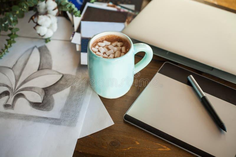 Artistieke Werkplaats met Grafische Tablet, Tekening, Laptop royalty-vrije stock foto