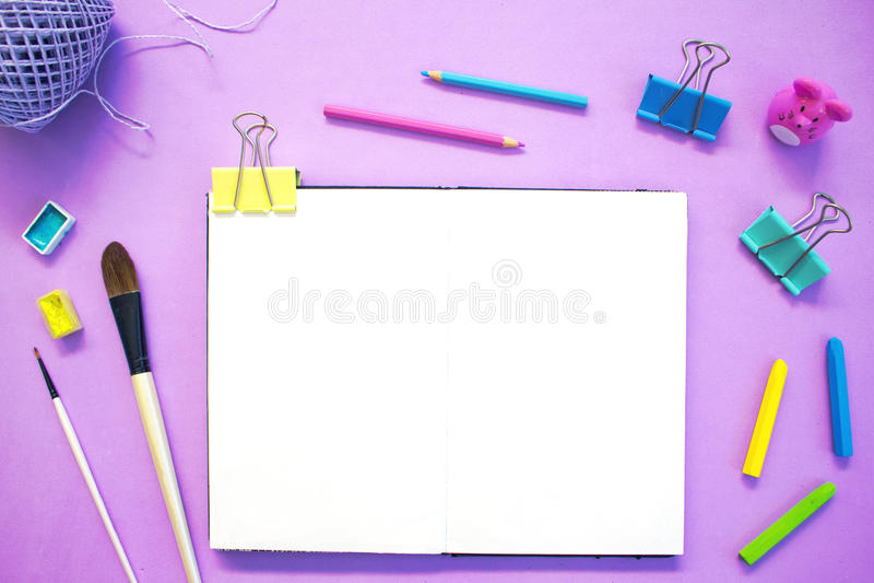 Artistieke werkplaats met van de Witboeknotitieboekje en kunst levering De creatieve vlakte legt roze gestemde foto stock afbeeldingen
