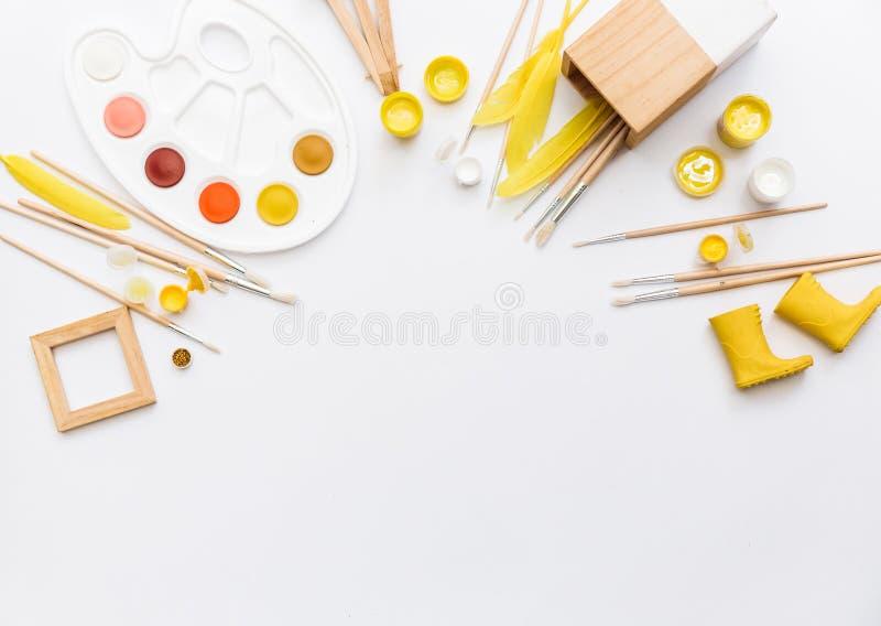Artistieke werkruimte met waterverf, penseel, palet, stock afbeeldingen