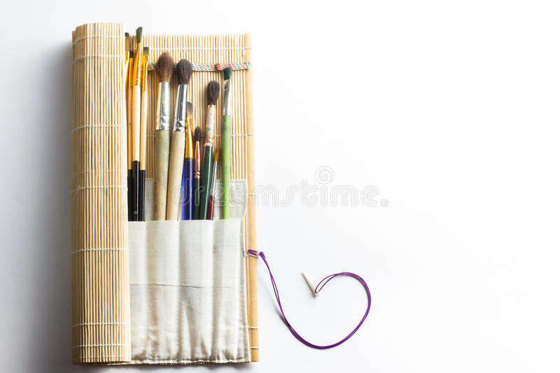 Artistique, artiste, art Mastehin utilisé de pinceaux d'artiste sur le fond blanc photographie stock
