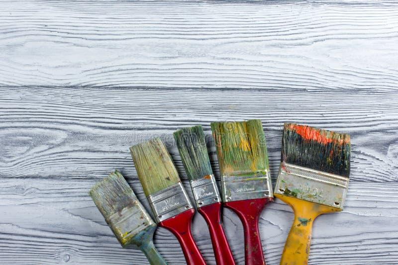Artistique, artiste, art Mastehin utilisé de pinceaux d'artiste sur le fond en bois photo stock